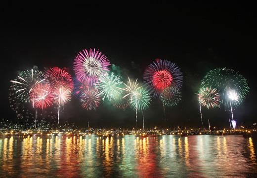 横浜の夜景を船から眺める